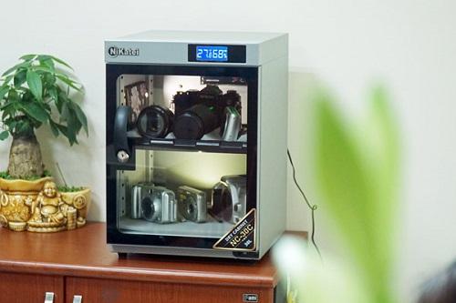 Ngoài tác dụng chống ẩm thiết bị công nghệ, tủ chống ẩm NC-30C Silver Plus (1,9 triệu đồng) còn dùng để quản các đồ vật quan trọng khác trong gia đình như giấy tờ, tài liệu, các đồ thuộc da, băng đĩa, phim ảnh, thuốc, thực phẩm...
