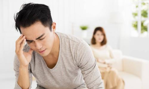 Người chồng định có ý định ly hôn để được chia khoản tiền tiết kiệm cứu mẹ. Ảnh: Jnnews.