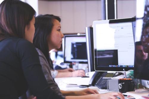 Hay hỗ trợ đồng nghiệp là yếu tố giúp bạn dễ được thăng tiến trong công việc.Ảnh: Kiisfm.