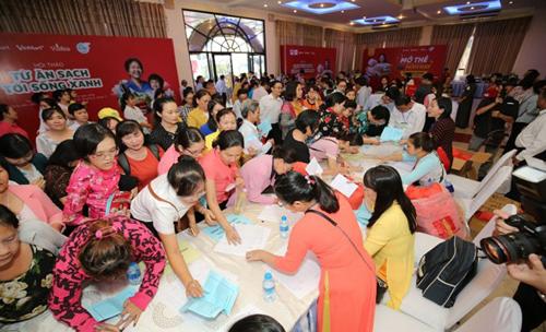 Trước đó, Hội thảo Từ ăn sạch đến sống xanh diễn ra trong buổi sáng đã thu hút chị em phụ nữ từ khắp 24 quận huyện của TP HCMđến xếp hàng đăng ký tham dự từsớm.