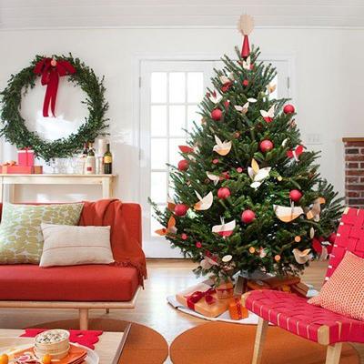 Trang trí cây thông Noel, đèn treo trong nhà cần đặc biệt chú ý các nguyên tắc an toàn. Ảnh: