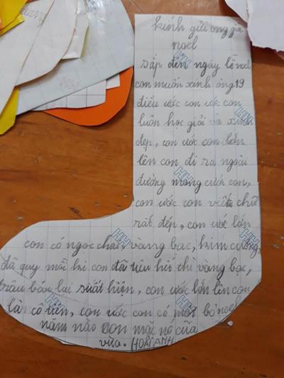 Cô bé Hoài Anh, 7 tuổi, ở quận Tây Hồ, Hà Nội viết một bức thư khá dài gửi ông già Noel. Thư có nhiều lỗi chính tả nhưng ước mơ của bé thì rất quyết đoán. Ngoài điều ước học giỏi, viết chữ đẹp, xinh gái, cô bé còn