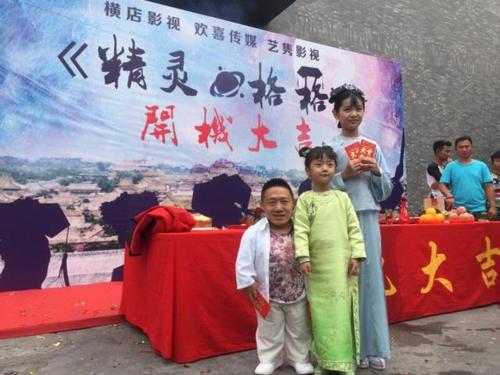 Hè năm 2007, anh cùng bố đến Bắc Kinh tìm đến một ca sĩ trẻ có cảnh ngộ như mình. Nhờ sự giúp đỡ của cô, Dương Minh được một đài truyền hình đến phỏng vấn. Từ đó anh luyện thanh nhạc khi sáng sớm, ngày đi bán nước, tối trở về căn nhà trọ học máy tính. Cuối cùng anh cũng được một công ty điện ảnh ký hợp đồng.