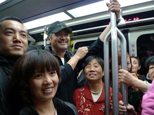Châu Nhuận Phát từng tiết lộ tại vì các phương tiện công cộng tiện lợi lại giảm ách tắc và thân thiện với môi trường nên ông sử dụng