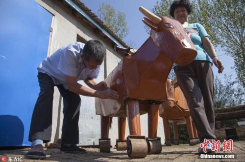 Bác nông dân chế tạo ra những con ngựa gỗ như Khổng Minh - 1