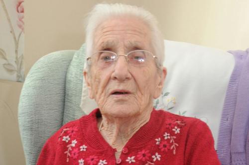 Cụ bà 99 tuổi cuối cùng đã nhận được thư từ vị hôn phu đầu tiên. Ảnh: Mirror.