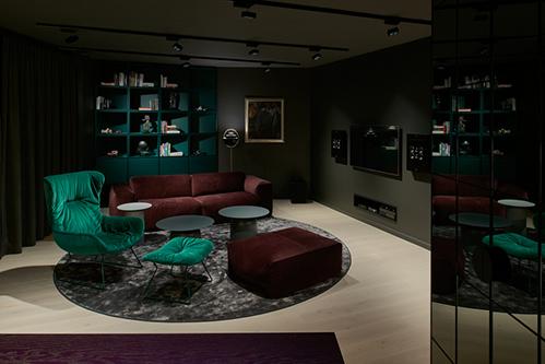 Những chiếc ghế xanh - đỏ tạođiểm nhấn về màu sắc trong không gian phòng khách. Ảnh: Designboom.