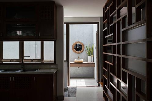 Giá gỗ gây ấn tượng nhờ những họa tiết hà kỷ. Ảnh: Quang Trần.