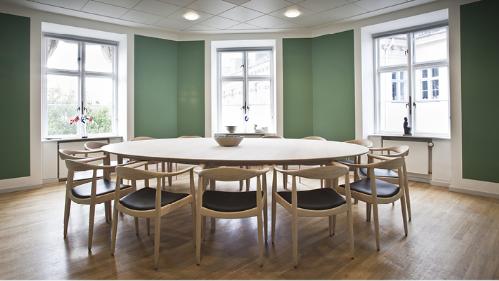 Hiện nay, các sản phẩm bàn ghế gỗ ngày càng được sử dụng phổ biến.Ghế Kennedy thường sử dụng trong không gian phòng họp, quán cà phê. Gia chủ có thể bố trí trong phòng đọc sách, nhà ăn.