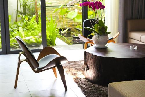Ghế có 3 chân với chân sau được cách điệu mới lạ, thích hợp sử dụng trong gia đình, sản phẩm của thương hiệu Woodpro.