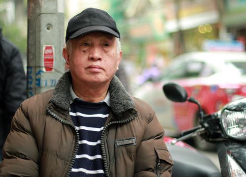 Giờ đây ông Tiến thường ngồi vỉa hè trước nhà, dõi mắt về phía Nhà thờ Lớn. Ảnh: Phan Dương.