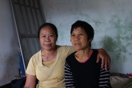 Bà Hồ Thị Hoa (tóc ngắn, áo đen) bên chị gái Hồ Thị Đào sau 20 năm xa cách. Ảnh: Anh Quân.