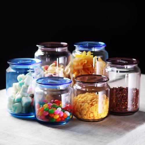 Bộ hủ thủy tinh nắp nhựa nhiều kích cỡ, chất liệu dày, trong suốt giúp dễ nhận biết các món ăn chứa bên trong. Giá từ 90.000 đồng một bộ.