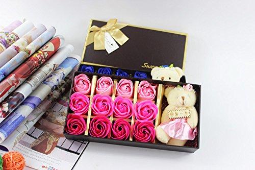 Bộ quà tặng với 12 bánh xà phòng hình hoa hồng kèm gấu bông.