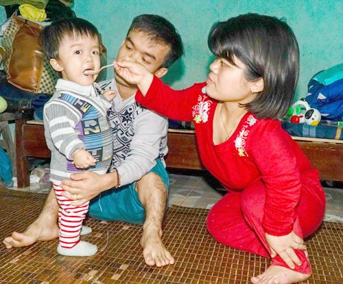 Cô con gái 2 tuổi có sức khỏe bình thường, dù vẫn mang gene lùn của bố mẹ. Ảnh: Trọng Nghĩa.