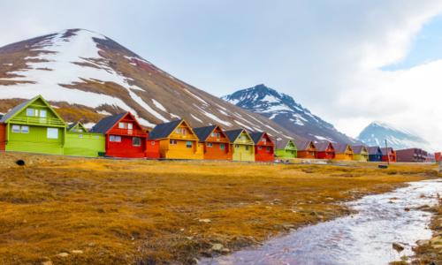 Những ngôi nhà đầy màu sắc giữa mênh mông băng tuyết trắng là một nét đặc trưng ở thị trấn Longyearbyen, Na Uy. Ảnh: New York Post.