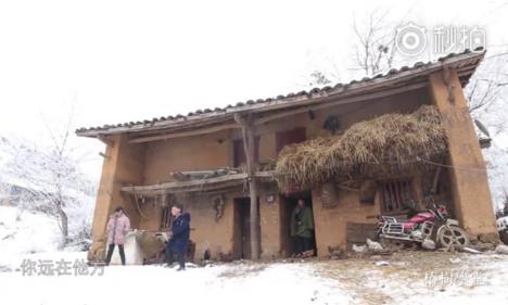Gia đình Fuman đã rời bỏ ngôi nhà cũ này để đến sống trong một căn nhà tươm tất hơn. Ảnh: Scmp.