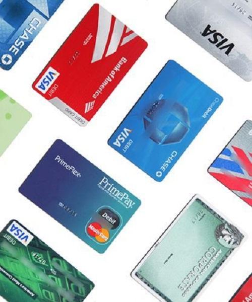 Cân nhắc khi sử dụng thẻ tín dụng: Nếu là chủ thẻ, bạn cần nắm rõ số tiền có thể nợ, thanh toán đúng hạn và hạn chế tối đa việc dùng thẻ tín dụng để rút tiền khi mua sắm để giảm tải các khoản không cần thiết.