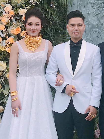 Hình ảnh Thu Hương đeo vàng trĩu cổ trong ngày cưới được nhiều người chia sẻ. Ảnh: T.H.
