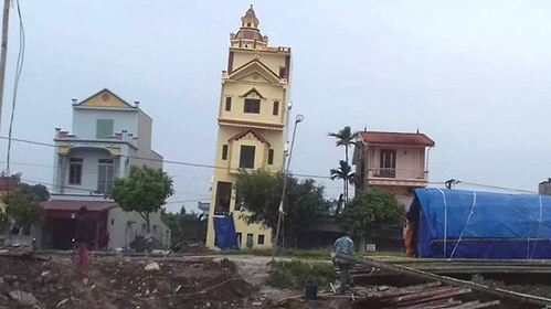 Ngôi nhà bị nghiêng ở Hà Nam. Ảnh: Facebook.