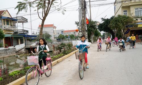 Cách một bờ kênh, làng lân cận có không khí nhộn nhịp dù nhà cửa không khang trang bằng làng Phú An. Ảnh:Trọng Nghĩa.