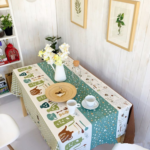 Khăn trải bàn là vật dụng được thay mới mỗi năm