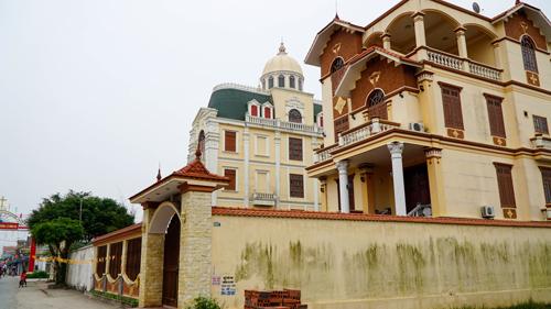 Những cănnhà đồ sộ hàngchục tỷ đồng rất phổ biến trong làng Phú An. Ảnh: Trọng Nghĩa.