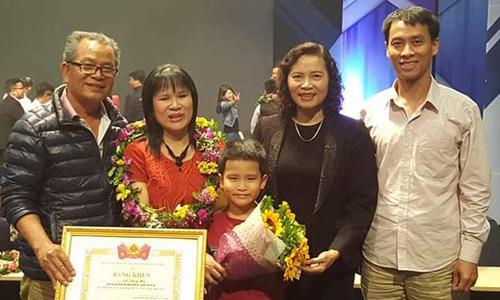 Chị Hà được bố mẹ đẻ, chồng và con trai lớn 7 tuổi chúc mừng khi trở thành Gương mặt trẻ triển vọng 2016 do Trung ương Đoàn khen tặng. Ảnh: NVCC.