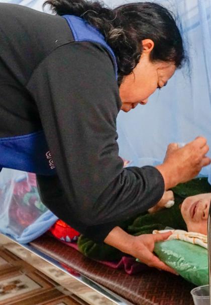 Khoảng 15 bệnh nhân nằm bất động ở mái ấm Hồng Ân đượcsơ Hài Maria phục vụ tận nơi, từ vệ sinh đến ăn uống. Ảnh: Trọng Nghĩa.