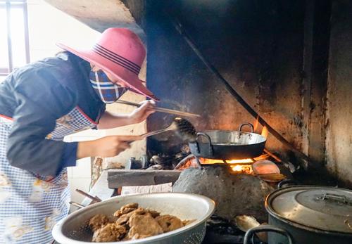 Các sơ dùng bếp củi để tiết kiệm, bởi chi phí cho cả mái ấm chỉ là 20 triệu đồng mỗi tháng.Ảnh: Trọng Nghĩa.