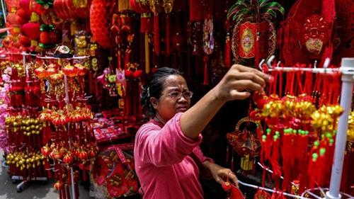 Dù là một trong những thủ phủ của Hồi giáo, Indonesia vẫn tràn ngập màu sắc Tết âm lịch. Ảnh: Getty.