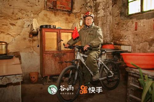 Ông Từ Ngọc Khôn đã đạp xe 10 năm, qua 22 nước và chuẩn bị sẽ tới Mỹ. Ảnh: QQ.