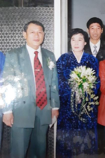 Ông Cảnh và vợ trong ngày cưới do Sở Thể dục thể thao Hà Nội đứngra tổ chức.