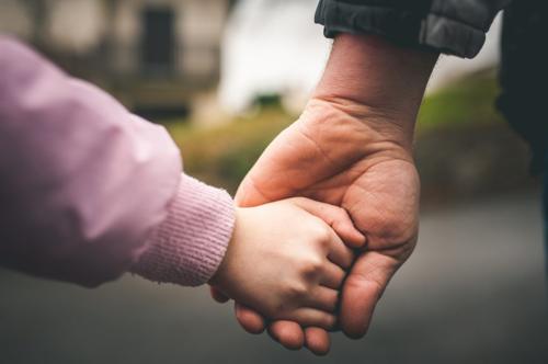 Đứa trẻ thường tách dần khỏi cha mẹ, trước khi cha mẹ kịp nhận ra điều đó. Ảnh: Sina.