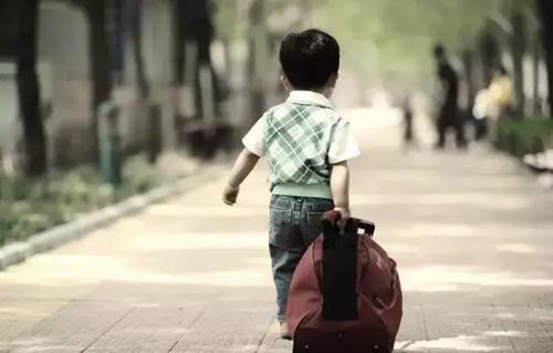 Nghèo nuôi con trai là nên nghiêm khắc, đặc biệt về vật chất. Ảnh: Sina.