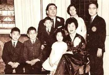 Vợ chồng bàHesung Chun Koh và các con khi còn nhỏ. Ảnh: Henan Bannei.