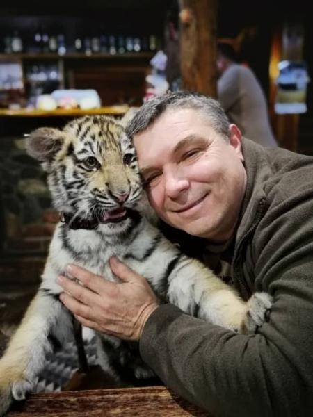 Petr Augustÿn thường xuyên âu yếm các con thú. Ảnh: Barcroft TV.