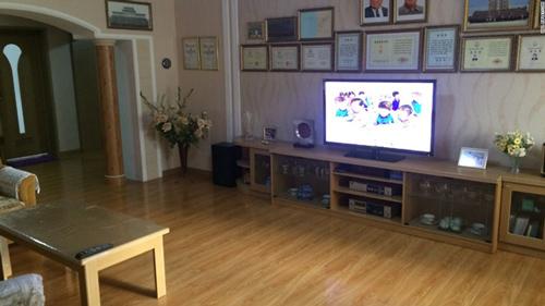 Ngoài phòng khách được kê một chiếc tivi khá lớn.