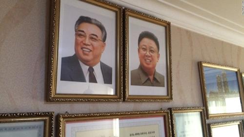 Theo quan sát của phóng viên Ripley, mọi gia đình tại Triều Tiên đều treo ảnh 2 cố lãnh đạo là Kim Nhật Thành và Kim Chính Nhật trong nhà.