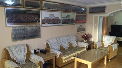 Nhiều bức ảnh khác được trang trí khắp phòng khách, đóng khung cẩn thận.