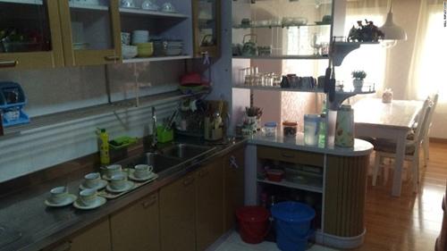 Khu vực nhà bếp không quá rộng rãi nhưng