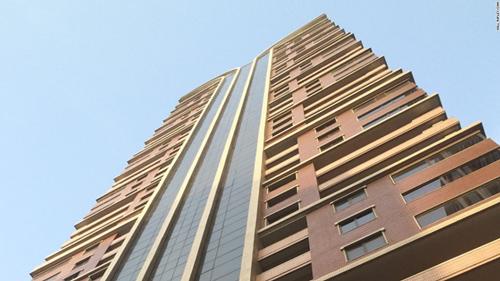 Phía bên ngoài căn chung cư ở Bình Nhưỡng. NHà ở được giao bởi chính phủ và hoàn toàn miễn phí. Những người muốn đổi chỗ ở phải đăng ký để trao đổi nhà với các công dân khác
