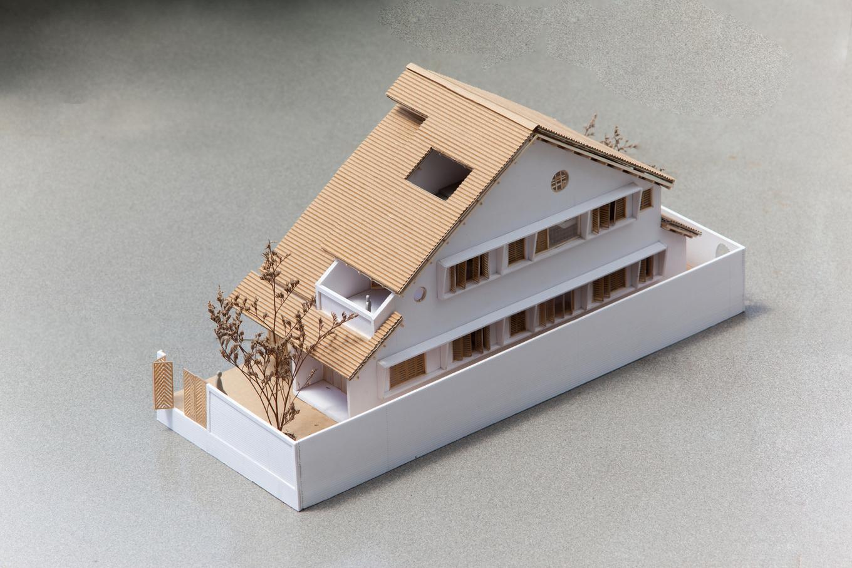 10 MODEL 1 1551176953 680x0 - Nhà Sài Gòn ba tầng chỉ nhìn thấy mái