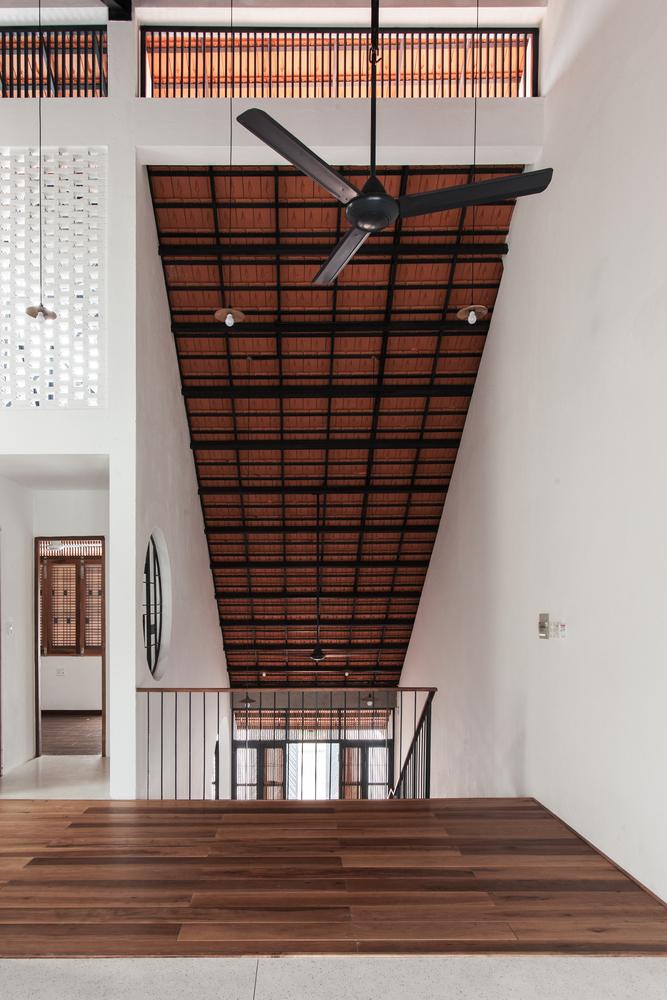 Courtesy of K59atelier 14 1551176646 680x0 - Nhà Sài Gòn ba tầng chỉ nhìn thấy mái