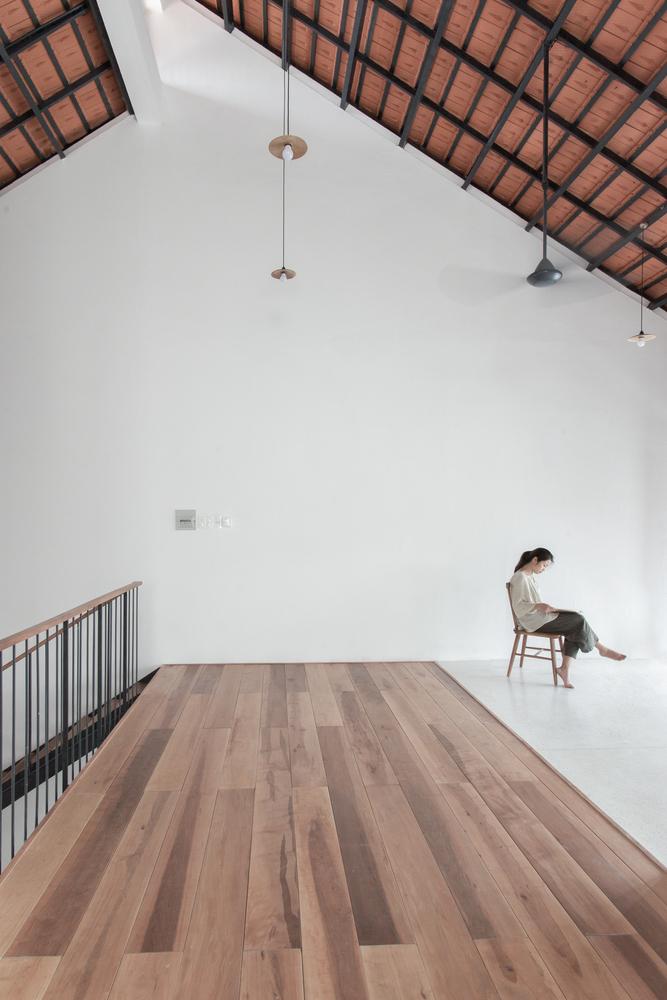 Courtesy of K59atelier 17 1551176254 680x0 - Nhà Sài Gòn ba tầng chỉ nhìn thấy mái