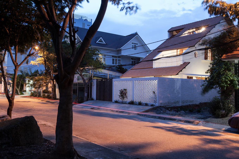 Courtesy of K59atelier 4 1551175982 680x0 - Nhà Sài Gòn ba tầng chỉ nhìn thấy mái