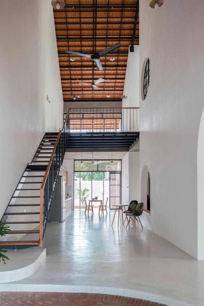 Courtesy of K59atelier 6 1551176190 680x0 - Nhà Sài Gòn ba tầng chỉ nhìn thấy mái
