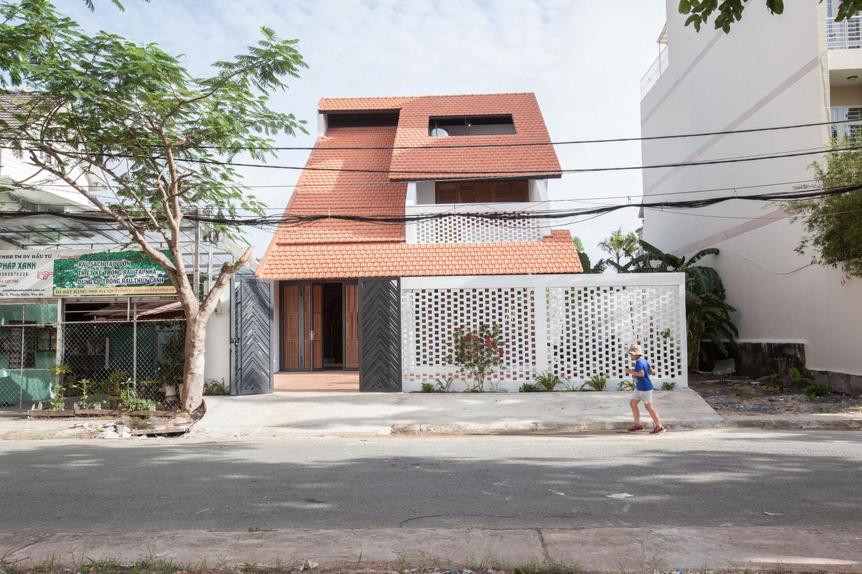 Featured Image 1551176029 680x0 - Nhà Sài Gòn ba tầng chỉ nhìn thấy mái
