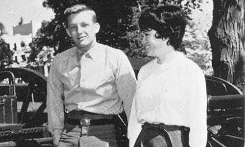 Ông cũng nổi tiếng bởi vẻ ngoài đẹp trai lãng tử. Bức ảnh nàynằm trong cuốn kỷ yếu năm 1964 của Học viện Quân sự New York với dòng chú thích Trump, chàng trai của các cô gái.Ảnh:NYMA.
