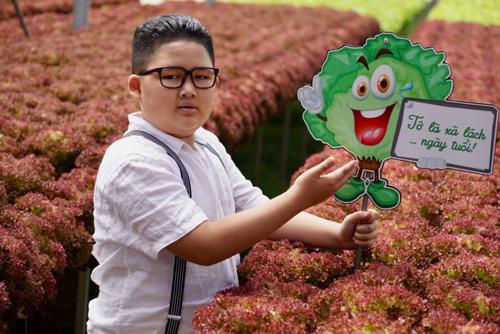 Cậu bé Hà Nội cắt tóc giống Kim Jong-un đắt show quảng cáo